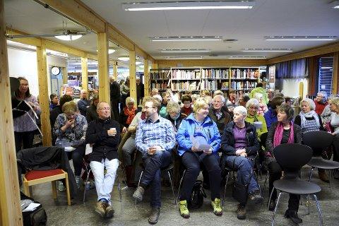 Fullt hus: Det kom så mange at det måtte berast inn fleire stolar til jubileumsmarkeringa i Skjåk bibliotek.