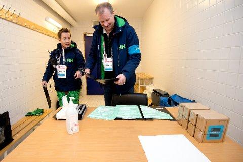 Wenche Bø og Einar Kavli fra Antidoping Norge fotografert under Ungdoms-OL på Lillehammer.