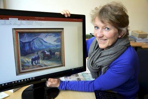 Holbø: Dagleg leiar Mai Bakken gler seg på å få presentere 50 måleri av Kristen Holbø, fjellets målar framfor nokon. Hestebild hans er også eit varemerke.