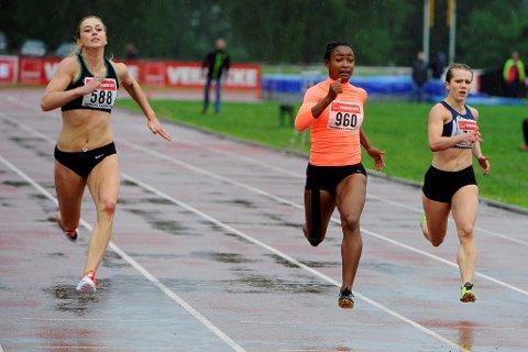 Ezinne Okparaebo satte stevnerekord på 200-meter. Hun vant foran Ida Bakke Hansen (t.v.) og Helene Rønningen (t.h.)