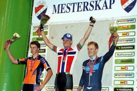 Petter Fagerhaug kunne juble for NM-gull etter å ha utklasset sine konkurrenter. Her sammen med sølvvinner Evensen-Lie fra Kloppa Offroadklubb og Ole Hem fra Romeriksåsen SK tok bronsemedalje.