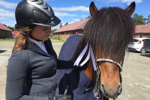SATSER: Mari Odenrud fra Sør-Fron tok bronsemedalje under NM på Momarken nylig for islandshest. Nå er hun og hingsten Hrynjandi tatt ut til nordisk mesterskap som foregår andre uken i august på Biri. – Jeg har videre mål om å bli tatt ut til å ri Oslo Horse Show i oktober og VM i Nederland i 2017.
