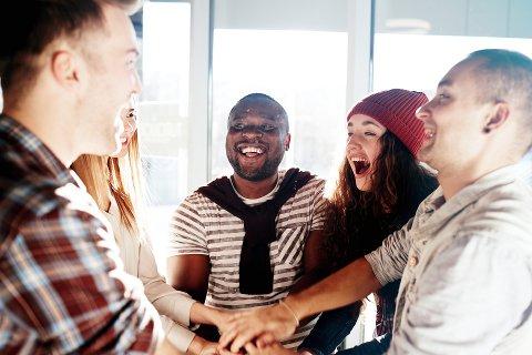 Gode venner: Nære og gode sosiale relasjoner er noe av de viktigste                 for å bevare lykkefølelsen.Foto: Colorbox