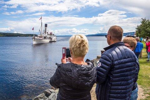 JUBILANT: Skibladner feirer 160 år i august, og benytter jubileumsåret til å invitere både Sommeråpent og hele det norske folk med på seilas. At skuta fortsatt holder seg flytende, etter branner, forlis og et par verdenskriger, er ingen liten bedrift. Her ser vi utålmodige passasjerer på Gjøvik som venter spent på å få komme om bord på nordgående rute, i retning Lillehammer.