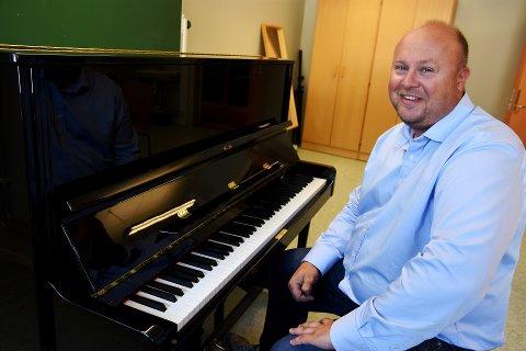 Vegard Moshagen har med seg den amerikanske og norskgifte trompetisten Justin Surdyn under onsdagens konsert i Sør-Fron kirke.