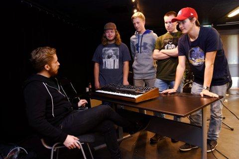 Øystein Skar, her fotografert som lærer for unge talenter og UKM midtdalen, er med på kirkekonserten.