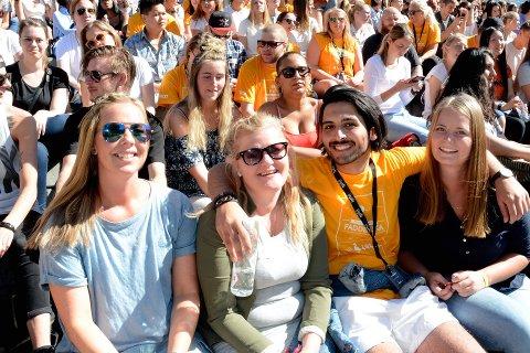 SOLFYLT ÅPNING: Anita Haugen, Silje Madelen Myromslien og Maren Enger Eriksen er ikke i tvil; HiL er en attraktiv utdanningsinstitusjon. Fadder Mehdi Zayadi kunne ikke vært mer enig da han ønsket dem velkommen under semesteråpningen onsdag.