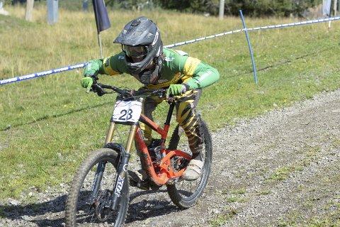 Gard Haakenstad kom på en litt sur fjerdeplass i juniorklassen under helgens norgesmesterskap i downhill i Hafjell. Han satser for fullt, og drømmer om å bli den beste downhill-syklisten i verden.