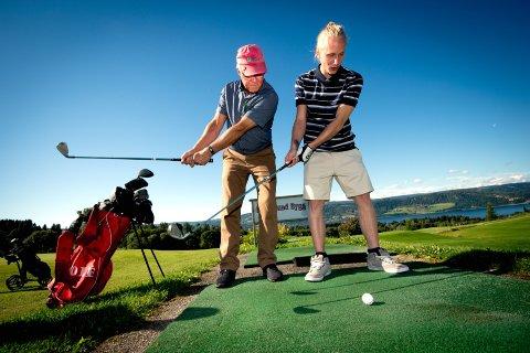 Konsentrasjon: Grep om kølla og låsemekanisme er dagsorden for dette møtet mellom Finn Gyllstrøm fra Mjøsen Golfklubb og Tyrili-eleven Fredrik. Alle foto: Torbjørn Olsen
