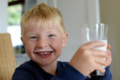 DRIKKER MINDRE: Skoleelever drikker mindre melk.