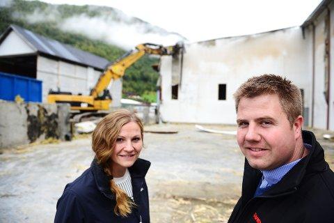 RIver: Camilla og Ole Christian Smidesang foran lokalene som nå rives på Otta sag. AF-Gruppen har fått oppdrag.