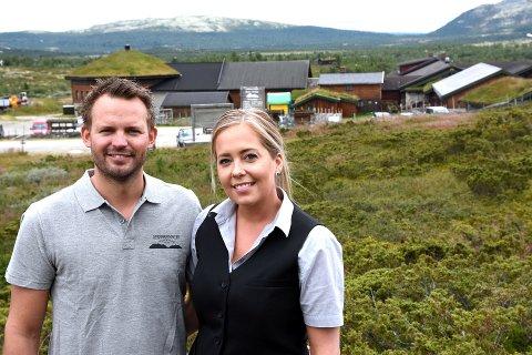 Sindre Lia Spidsberg og Elise Marie Løkken driver Spidsbergseter på Venabygdsfjellet. Nå har de avlyst alle julebordene på grunn av koronapandemien. (Arkivfoto)