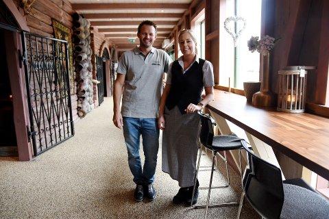 STENGT: Selv om Sindre Spidsberg og Elise Løkken har måttet stenge Spidsbergseter og permittert alle ansatte med unntak av salg- og markedsføringsmedarbeideren, har de fortsatt 400.000 kroner i faste månedeilige utgifter.