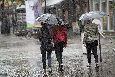 Det blir sannsynligvis vanligere med paraply enn solbriller i distriktet de nærmeste dagene.