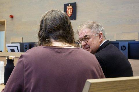 Den nå tiltalte moren sammen med forsvarer Aasmund Olav Sandland under et fengslingsmøte i Gjøvik tingrett. Arkivfoto: Heiko Junge / NTB scanpix