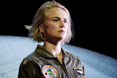 Piloten: Skuespiller Line Heie Hallem har rollen som dronepilot i teater Innlandets nye stykke «Rekyl».  Foto: Gisle Bjørneby