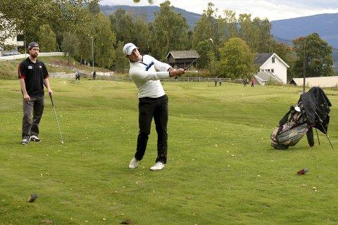 L.I.K.s nye keeper Christoffer Bengtsberg spiller en god del golf på fritiden. Denne uken spilte han og laget sponsorturnering i Hafjell. I bakgrunnen føler David Morley med.