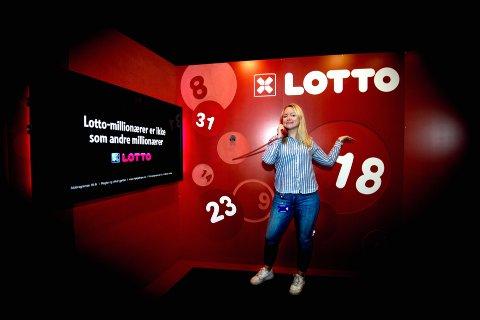 Nina Rundsveen fra Gausdal er en av dem som ringer norske lottomillionærer. De har det vært mange av på 40 år.