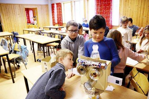 GJENBRUK : Audun, Lasse og Philip har laget roboten Mewtwo av en pappeske, noen hermetikkbokser og Iphone-esker samt et rør med smarties .  Nå skal elever i USA, England og Mexico snart si hva de mener om roboten. Begge foto: Inger Stokland