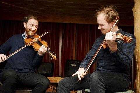Med glimt i augo. Etter solide økter kvar for seg, spelte Erlend Viken og Ottar Kåsa Myllarspringar. Og det vart fleire ekstranummer...