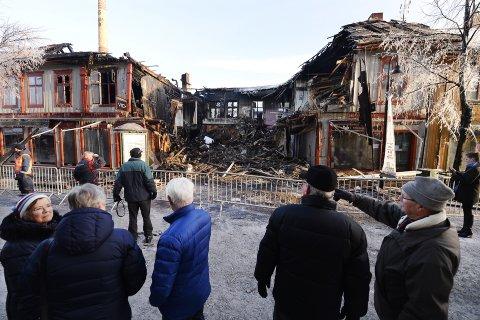 TRIST SYN: Foran en utbrent ruin sto lillehamringene berørt av at nok en historisk bygård er tapt i Storgata.