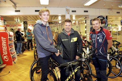 VINNER: Mats Aleksander Højlund (t.v.) ble trukket ut som vinner av sykkelen i GD-cupen. Scotts representant Ole Kristian Rønningen og Ragnar Mannengen (t.h.) hos Sport 1 viste ham sykkelen han skal få.