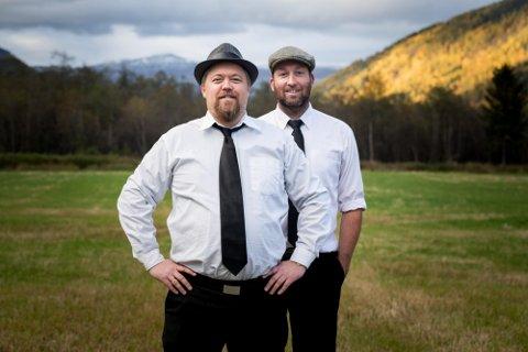 Jørn Dissen (fremst) og Rune Solhjem har premiere på nytt show i Otta kulturhus 8. desember. Men de skal også hjem til folk...