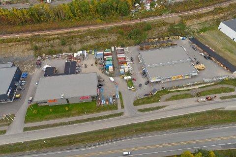 De to byggene, med tilhørende tomter, ligger godt plassert ved E6 nord i Lillehammer.