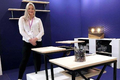 Designeren Anna Maria Eng fra Fåberg stilte ut et bord på møbelmesse i Stockholm.