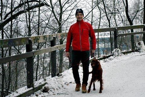 HAR MED POSE: Veterinær Ketil Løland Jacobsen er så engasjert i saken at det deles ut gratis hundeposer ved Sentrum Dyreklinikks avdelinger på Lillehammer, i Gausdal og på Otta mandag. Foto: Steinar Christiansen