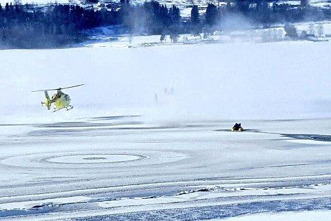 Mannen ble berget med helikopter på mjøsisen fredag formiddag.
