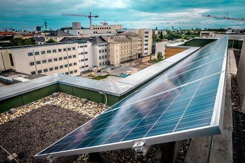 Bildet viser solcellepanel på taket av en blokk i Tyskland. Landet er verdens største produsent av solenergi. Nå kan også bli satsing på solenergi i stor skala i Gudbrandsdalen.