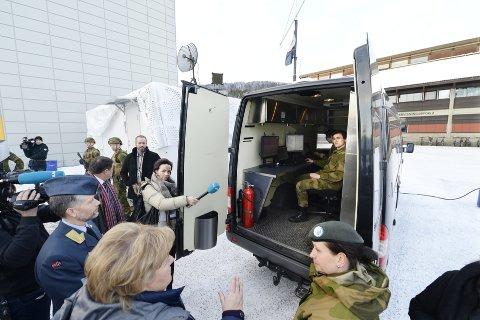 Mobil enhet: Major Gry Mona Nordli forteller statsministeren om hvordan kritisk infrastruktur kan beskyttes. Foto: Asmund Hanslien