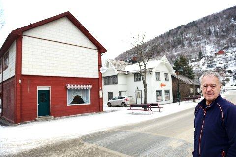 Bevaringsverdige: Tre hus på rad i Storgata (bildet) har i dag status som bevaringsverdige. – Ikke riktig, mener innehaver av Jernia på Otta, Pål Sletten. Han mener det hindrer næringsutvikling i sentrum.   Foto: Einar Almehagen