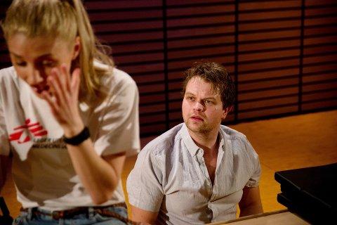 AKTUELL PÅ SCENEN: Skuespilleren Tom Styve fra Lillehammer i «Fire forsøk på å gjøre en forskjell». Foto: Kristin Aafløy Opdan