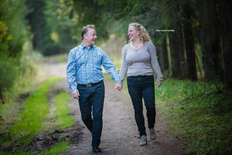 Turtelduer i politikken: Hilde Ekeberg og Ole Rolstad forbereder bryllup og inviterer hele byen til kirka