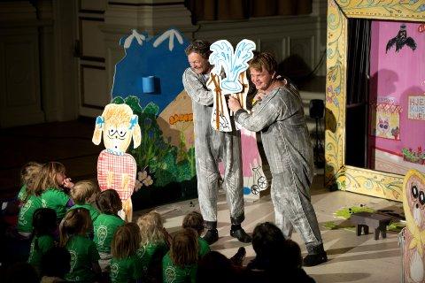 EVENTYR: Skuespillerne John Nyutstumo og Tom Styve forteller om Bukkene Bruse under Litteraturfestivalen. Arkivfoto: T. Olsen