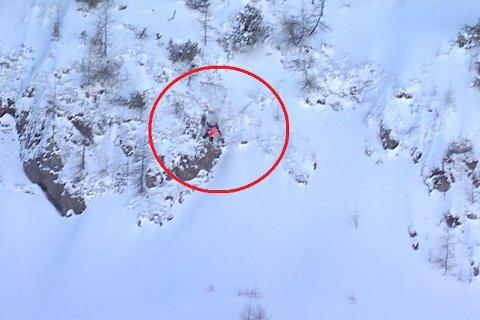 Her treffer Dennis Risvoll fra Vågå en fjellklippe i et hopp under frikjøring i Østerrike.