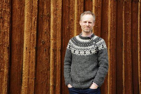 Gunnar Johannesson kom til Norge for tre år siden. Genseren i islandsull er det søsteren som har strikket.