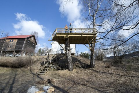 LUFTIG UTEPLASS: Plattingen på Garveberget på Fåberg er litt spesiell. Den er bygget i toppen av et tre. Det gamle navnet på plassen er Brusvea, da folk rodde med båt over elva med skinn til garveriet. Det lå flere hus nede ved elva Gausa, blant annet selve garveriet. Det er helt intakt og står på Maihaugen. På bildet: Aldine Brænden Olsen (13) og far Oddleif Olsen.