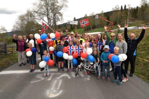 HEIAGJENG: Når Edvald Boasson Hagen passerer Øverbygda i Rudsbygd kommer denne gjengen til å rope seg hese. De var tidlig på plass for å gjøre seg klare.