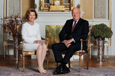 Til innlandet: Kong Harald og dronning Sonja fyller 80 år, og inviterer til folkefest for 600 opplendinger og hedmarkinger når de kommer på jubileumsreise i juni. Her er kongeparet fotografert i den hvite salong på Slottet i Oslo. Foto: Lise Åserud / NTB scanpix