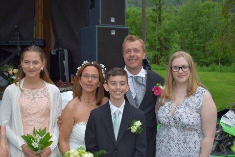 Brudeparet med familie.