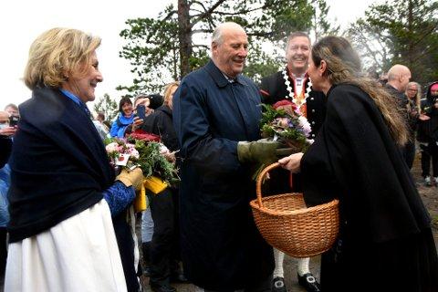 FOLKELIG:  Hanne Britt Jacobsen overrakte Kong Harald og Dronning Sonja en gave fra Sanitetskvinnene i Kvam, da kongeparet forlot Kvamsfjellet sist sommer.. Gaven var en kopp med dialektord fra Kvam, noe kongeparet så ut til å sette stor pris på.