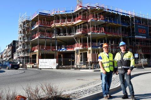 BYGGEAKTIVITET: Arnt Hagen og Geir Nilsen i Syljuåsen står bak byggingen av Bakerihjørnet. Foto: Knut Storvik