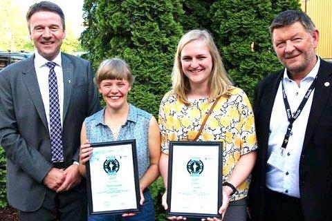 Årets Askeladder: Lars Petter Bartnes (t.v.) leder i Norges Bondelag gratulerer prisvinnerne Sofia Bang Elm og Anna Avdem sammen med Knut Nordmo, leder i Landkreditt Bank.