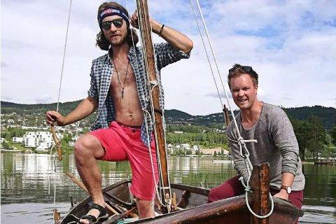 Vegard Rød Villa (t.h.) og Eirik Stenersen klare for seilas torsdag kveld.