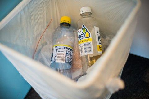 RETUR: «To kroner for små flasker og bokser og fem kroner for de store plastflaskene.» Foto: Fredrik Varfjell / NTB scanpix
