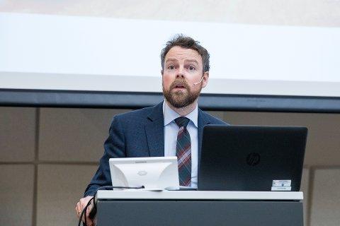 Kunnskapsminister Torbjørn Rød Isaksen ønsker å styrke kommunene i forbyggingsarbeidet mot selvmord