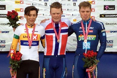 LYKKES: Anders Skaarseth på toppen på seierspallen sammen med Torstein Træen (t.v.), og Rasmus Fossum Tiller. Foto: Privat